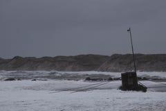 vågor som slår mot stranden under storm i Nr Vorupoer på Nordsjönkusten i Danmark Arkivfoton