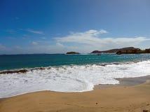 Vågor som svaller på en strand på kamratskap, skäller, bequia Royaltyfri Foto
