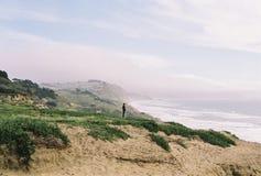 Vågor som sveper på Pebblet Beach royaltyfri bild