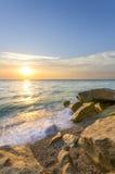Vågor som sveper på stranden royaltyfri bild