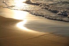 Vågor som tvättar sig på den korsikanska stranden Fotografering för Bildbyråer