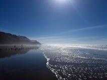 Vågor som tvättar sig upp på stranden i Half Moon Bayen Kalifornien arkivbild