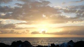 Vågor stiger i luften på härligt solnedgångljus Den stora vågen kraschar på vaggar och att bespruta Nära övre sikt av en sprej in arkivfilmer