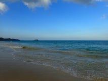 Vågor sveper på kust av den Waimanalo stranden Arkivbild