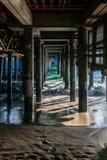 Vågor under Santa Monica Pier royaltyfri fotografi
