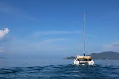Vågorna av havet och seglingen Arkivbilder