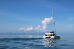 Vågorna av havet och seglingen Royaltyfri Bild