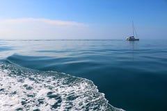 Vågorna av havet och seglingen Royaltyfria Foton