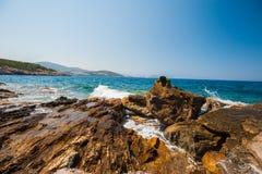 Vågorna slår på vaggar, havet rasar på stenarna royaltyfri bild