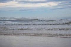 Vågorna, som komm in i, Cha-är stranden och den härliga himlen i Thailand royaltyfri foto