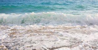 Vågorna som slår mot kusten Royaltyfri Fotografi