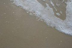 Vågorna som sveper sanden Royaltyfri Fotografi