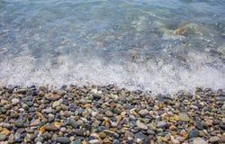 vågr silkeslena stenar för det blåa långa pebblehavet för exponering Royaltyfri Foto