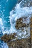 vågr silkeslena stenar för det blåa långa pebblehavet för exponering Silkeslena vågor av det blåa havet Royaltyfria Foton