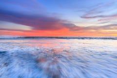 Vågskum som är rörande på stranden Arkivfoto