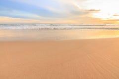 Vågskum som är rörande på stranden Royaltyfria Foton