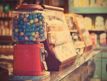 Vågspelägg i tappninggumballmaskin på livsmedelsbutiken Arkivbilder