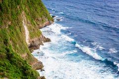Vågtakten mot vaggar i Bali Royaltyfri Fotografi