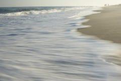 Vågtvagning på suddig rörelse för kust fotografering för bildbyråer