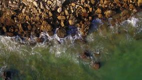 _ Vågwashstenar på kust av Albufeira Olhos de Agua stock video