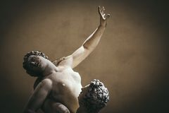 Våld mot kvinnor, detaljen av våldta av Sabinesen är en staty royaltyfri foto