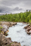 Våldsam flod som rusar ner en bergsida i nordliga Sverige Royaltyfria Foton