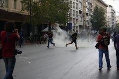 Våldsamma sammandrabbningar under den Merkel visiten i Athens Fotografering för Bildbyråer