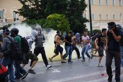 Våldsamma sammandrabbningar under den Merkel visiten i Athens Royaltyfri Bild