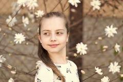 Vår-, easter och ferieberömbegrepp Liten flicka på den blom- blomningen i vår Barn med att blomstra blommor royaltyfria bilder