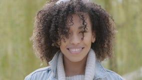 Vår eller utomhus- stående för solig höst av den härliga unga kvinnan för blandat lopp stock video