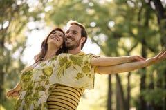 Vår förälskelse är störst på jord Lyckliga mellersta ålderpar arkivbild