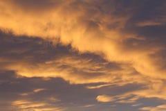 Vår för sommar för dag för orange afton för himmelmoln grå upp arkivfoto