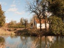 vår för willy lottsstuga från över sjön på land för konstapel för sidoflodstour royaltyfri foto