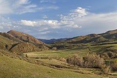 Vår i bergdalen Arkivbild