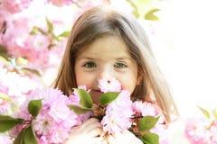 Vår liten flicka för väderprognos i solig vår framsida och skincare allergiblommor till Sommarflickamode arkivfoto