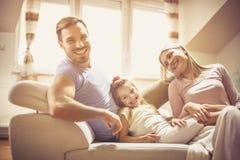 Vår lyckliga familj för liten familj arkivbild