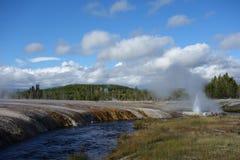 Vår och flod i den Yellowstone nationalparken Arkivfoton