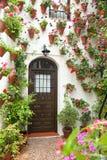Vår- och påskblommagarnering av det gamla huset, Spanien, Europa arkivfoto