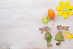 Vår- och påskdekor Träsymbolkanin, blommor och butte Fotografering för Bildbyråer