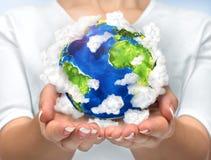 Vår planet i våra händer Öppna händer som rymmer jord för planet 3d med Royaltyfri Foto