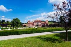 Vår Prague och trevlig byggnad i bakgrund royaltyfria foton