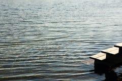 Vår sjö med is och öppet vatten arkivfoton
