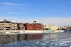 Våravbrott på Moskvafloden arkivbild