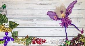 Vårbakgrundslägenheten lägger av vita plankor med exponeringsglasdruvor och en purpurfärgad fe royaltyfri bild