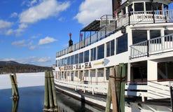 Vårblidväder, med berömd ångbåtMinne nedsänkt stängsel på vatten av sjön George, New York, 2015 Royaltyfria Bilder