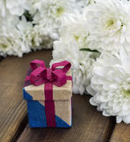 Vårblommor och gåvaask för mars 8 Arkivfoto