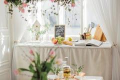 Vårblommor på ljust kök solig dag royaltyfri foto