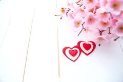 Vårblomning och hjärta över träbakgrund arkivfoto