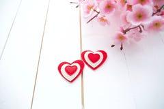 Vårblomning och hjärta över träbakgrund royaltyfri fotografi