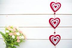 Vårblomning och hjärta över träbakgrund royaltyfria foton